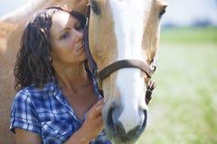 一起妇女和马 免版税库存图片