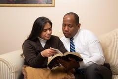 一起学习圣经的混合的族种基督徒夫妇 图库摄影