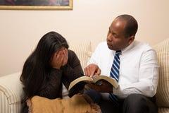 一起学习圣经的混合的族种基督徒夫妇 库存图片