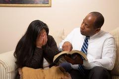 一起学习圣经的混合的族种基督徒夫妇 免版税图库摄影