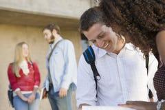 一起学习在校园的学院朋友 免版税库存图片