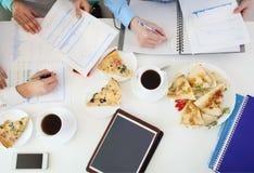一起学习在桌上的小组年轻学生 库存图片
