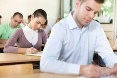 一起学习的学生 免版税库存照片