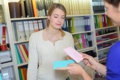 一起学会在图书馆里的两个女学生 免版税库存图片