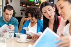 一起学会的小组学生 免版税库存图片