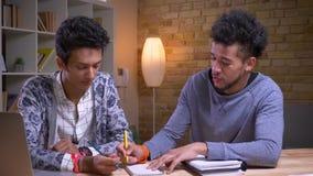 一起学会非裔美国人和印度的男生特写镜头射击  播放一个tic TAC脚趾的两个朋友和 股票录像