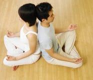 一起实践瑜伽的夫妇 免版税库存照片