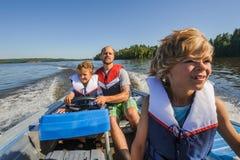一起家庭划船 免版税库存照片