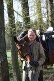 一起少妇和棕色马在森林里 免版税库存图片