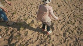 一起年轻家庭在与一个小女儿的海滩 他们使用与沙子 夏天 重新创建 愉快一起 影视素材