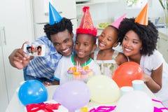 一起庆祝一个生日的愉快的家庭 图库摄影