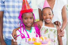 一起庆祝一个生日的愉快的家庭 免版税库存照片