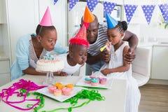 一起庆祝一个生日的愉快的家庭 免版税图库摄影