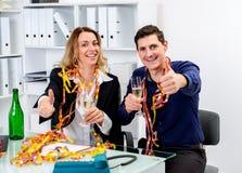 一起庆祝在offic的商人和女实业家 免版税库存照片