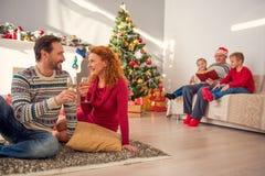 一起庆祝新年的快乐的家庭 免版税图库摄影