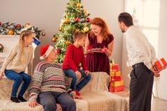 一起庆祝新年的快乐的家庭 免版税库存图片