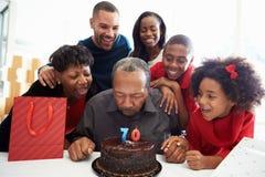一起庆祝第70个生日的家庭 免版税库存图片