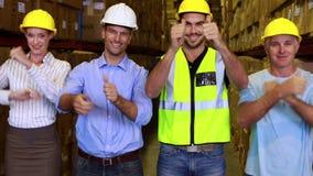 一起微笑和显示赞许的仓库队 影视素材