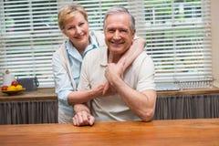 一起微笑对照相机的资深夫妇 免版税图库摄影