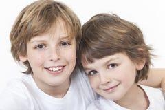 一起微笑愉快的男孩儿童的兄弟 免版税库存照片