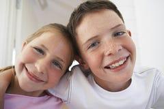 一起微笑的兄弟姐妹 免版税库存照片