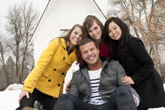 一起微笑的成人年轻人 免版税图库摄影