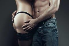一起性感的年轻夫妇身体在晚上 库存图片