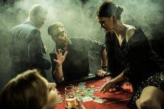 一起打扑克的人在赌博娱乐场 免版税库存图片