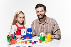 一起打教育比赛的父亲和女儿 免版税库存照片