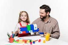 一起打教育比赛的父亲和女儿 免版税图库摄影