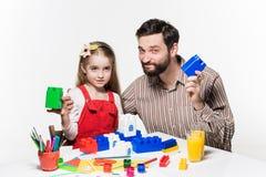 一起打教育比赛的父亲和女儿 库存照片