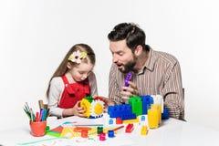 一起打教育比赛的父亲和女儿 库存图片