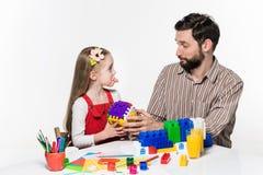 一起打教育比赛的父亲和女儿 图库摄影