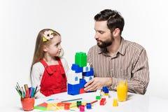 一起打教育比赛的父亲和女儿 免版税库存图片