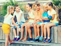 一起打球的孩子 图库摄影