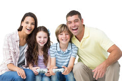 一起打电子游戏的愉快的家庭 库存图片