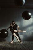 一起执行在演播室的熟练跳芭蕾舞者 库存图片