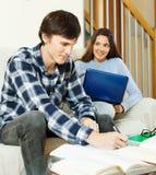 一起执行家庭作业学员 免版税库存图片
