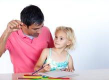 一起执行家庭作业的爸爸女儿 库存图片
