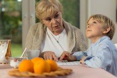 一起执行家庭作业 免版税图库摄影