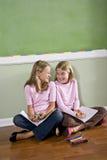 一起执行朋友家庭作业 库存图片