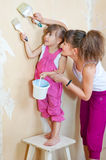 一起执行母亲维修服务的女儿 库存照片