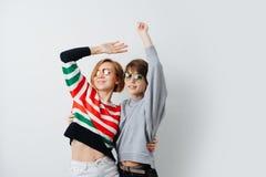 一起拥抱两美丽的愉快,微笑的年轻女人,跳舞 免版税库存图片