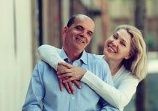 一起拥抱在走的愉快的成熟家庭 免版税库存图片