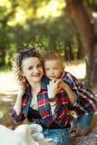 一起拥抱母亲和儿子可爱的画象 库存照片