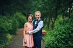 一起拥抱的一对年轻美好的夫妇的画象 库存图片