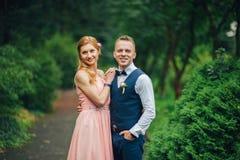 一起拥抱的一对年轻美好的夫妇的画象 库存照片
