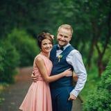 一起拥抱的一对年轻美好的夫妇的画象 免版税库存照片