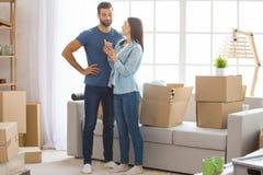 一起搬到新的公寓拆迁的年轻夫妇 库存照片