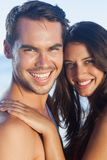 一起摆在快乐的爱恋的夫妇 免版税库存图片